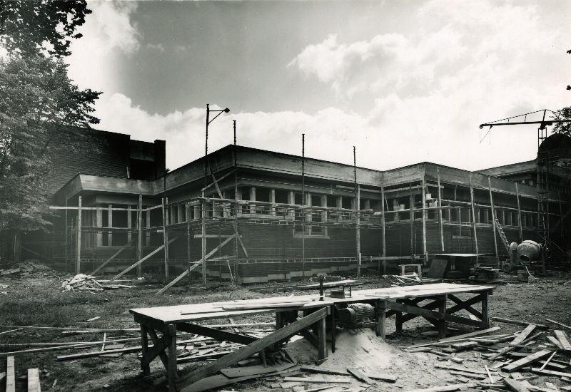 Svartvit bild där stadsbiblioteket är en byggarbetsplats