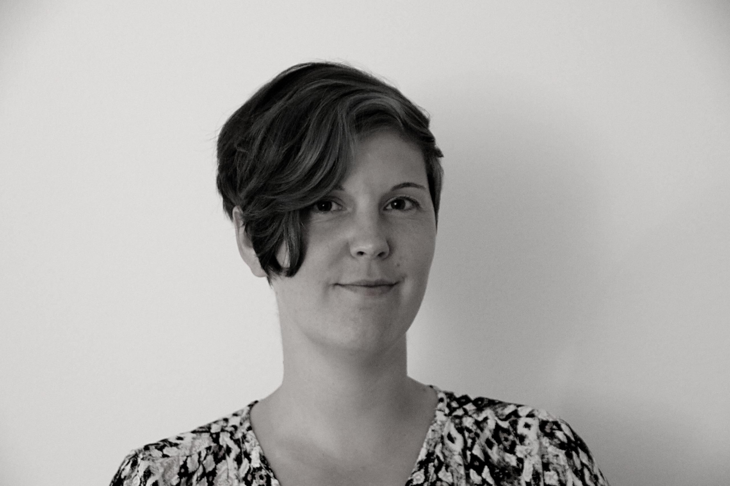 Bild på Malin Svensson som arbetar med Monument.