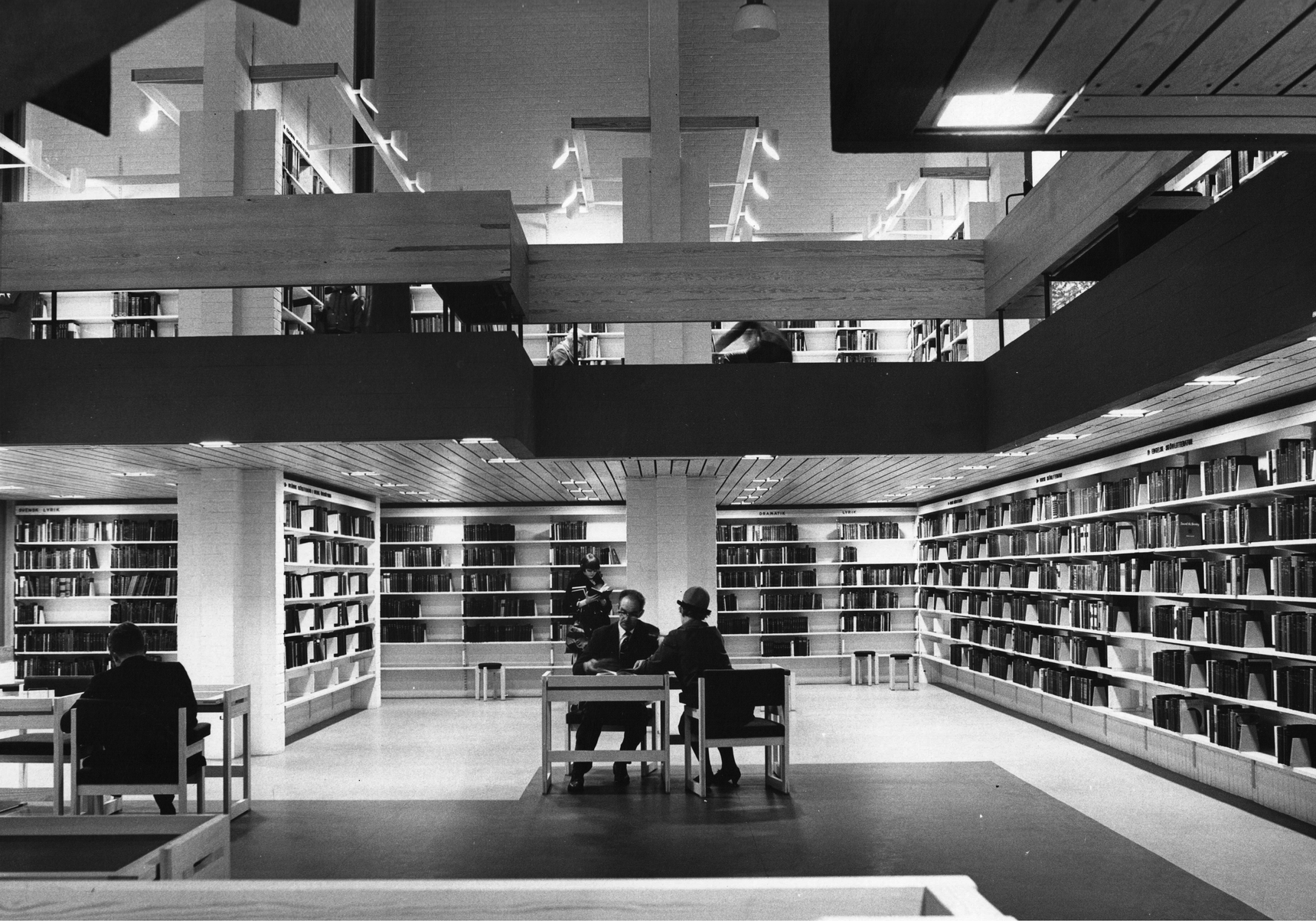 Svartvit bild på personer som läser inne i ett nybyggt bibliotek